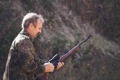 Recarregando um rifle da caça imagens de stock