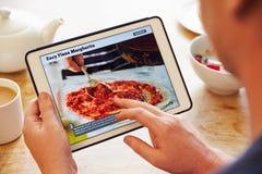 Receita App de Person At Breakfast Looking At na tabuleta de Digitas fotografia de stock