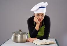 Receita da leitura do cozinheiro chefe da mulher Fotografia de Stock