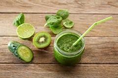Receita de limpeza do suco verde da desintoxicação Fotografia de Stock Royalty Free