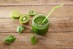 Receita de limpeza do suco verde da desintoxicação Imagens de Stock Royalty Free