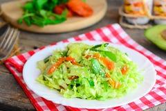 Receita do slaw da couve e do abacate Salada de couve fácil com abacate fresco, os abricós secados, a rúcula e o sésamo em uma pl foto de stock