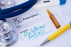 Receita escrita fora da medicamentação anti-inflamatório Diclofenac no formulário do nome Nonproprietary internacional INN ou do  fotos de stock royalty free