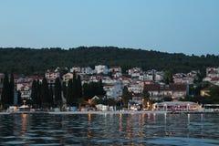 Recente avond bij de kusttoevlucht op het Eiland Ciovo Kroatië stock foto's