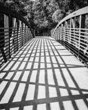Recente Middagschaduwen die over een Beton en Metaalbrug vallen Stock Foto