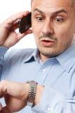 Recente zakenman die horloge bekijkt royalty-vrije stock foto's