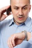 Recente zakenman die horloge bekijkt royalty-vrije stock afbeeldingen