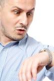 Recente zakenman die horloge bekijkt royalty-vrije stock afbeelding