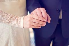 Recentemente as mãos do par do casamento com alianças de casamento fotografia de stock royalty free