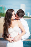 Recentemente bacio della coppia sposata dopo nozze nella località di soggiorno di lusso Sposa romantica e sposo che si rilassano  Fotografie Stock Libere da Diritti