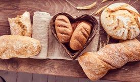 Recentemente bolos quentes em uma cesta coração-dada forma foto de stock