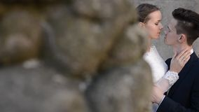 Recentemente casal na praia tropical após o casamento do por do sol filme