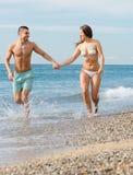 Recentemente coppia sposata alla spiaggia Fotografie Stock Libere da Diritti
