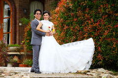 Recentemente coppia sposata che propone nel bello giardino Immagini Stock Libere da Diritti