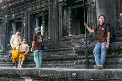 Recentemente coppia sposata sul photoshooting davanti a Angkor Wat immagine stock