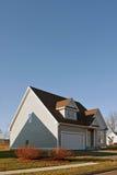 Recentemente costruito a casa con un garage delle due automobili Fotografia Stock Libera da Diritti