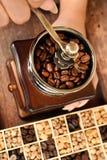Recentemente feijões de café em feijões da bacia e de café no moedor de café Fotos de Stock