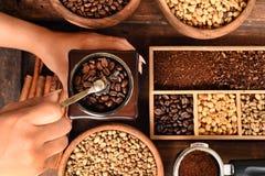 Recentemente feijões de café em feijões da bacia e de café no moedor de café Imagem de Stock