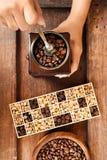 Recentemente feijões de café em feijões da bacia e de café no moedor de café Fotografia de Stock Royalty Free