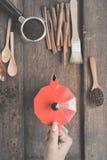 Recentemente feijões de café em feijões da bacia e de café no moedor de café Imagens de Stock Royalty Free