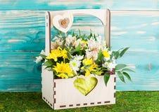 Recentemente flores de corte em um plantador de madeira imagem de stock royalty free