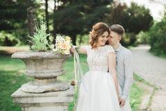 Recentemente funzionamento della coppia sposata e saltare nel parco mentre tenendosi per mano Fotografia Stock