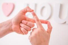 Recentemente le coppie di mercoledì che si prendono per mano nell'amore dell'infinito firmano con amore di I fotografia stock