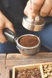 Recentemente os feijões de café à terra em um metal filtram Imagens de Stock Royalty Free