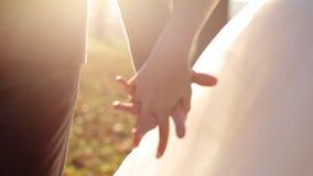 Recentemente passeggiata della coppia sposata che si tiene per mano insieme stock footage