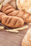 Recentemente produtos deliciosos da padaria no fundo de madeira imagens de stock royalty free