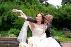 Recentemente sposato nella sosta Immagini Stock Libere da Diritti