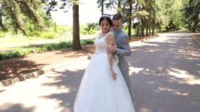 Recentemente valsa romântica da dança do casal no parque em seu dia do casamento vídeos de arquivo