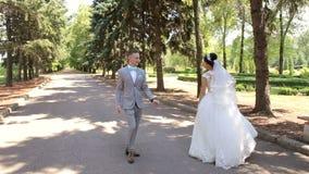 Recentemente valzer di dancing della coppia sposata nel parco archivi video