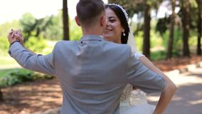 Recentemente valzer romantico di dancing della coppia sposata nel parco sul loro giorno delle nozze archivi video