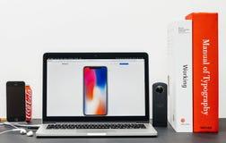 Recentste iPhone X 10 met colorfoulbehang, Royalty-vrije Stock Afbeeldingen