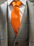 Recentste tendensen in Kostuum, overhemds en bandcombinatie - Oranje band stock fotografie