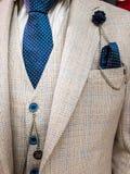 Recentste tendensen in Kostuum, overhemds en bandcombinatie - Witte kostuum en band - Marineband royalty-vrije stock foto's