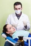 Receoso paciente a injeção do dentista Fotos de Stock