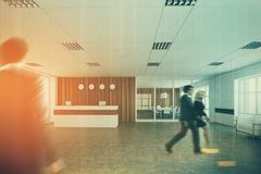 Recepção branca e de madeira, entrada do escritório, pessoa Imagem de Stock Royalty Free