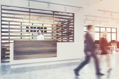 A recepção branca e de madeira, pessoa do close up toma partido Imagens de Stock