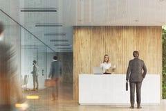 Recepção branca, escritório de madeira, pessoa tonificado Foto de Stock Royalty Free