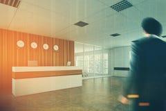 Recepção de madeira branca, sala de reunião, lado, homem Imagem de Stock Royalty Free