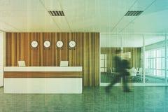 Recepção de madeira branca, vista dianteira, pessoa Imagem de Stock