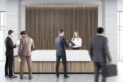 Recepção de madeira e branca com cortinas, pessoa Foto de Stock