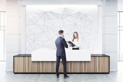Recepção de madeira e branca, geométrica, pessoa Imagens de Stock