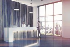 Recepção de madeira em um canto de escritório moderno tonificado Fotos de Stock Royalty Free
