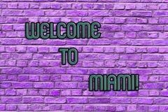 Recepción conceptual de la demostración de la escritura de la mano a Miami Texto de la foto del negocio que llega a la playa sole fotos de archivo
