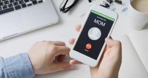 Recepción de llamada de teléfono de mamá y el aceptar Concepto de la comunicación móvil El sentarse en el escritorio almacen de video