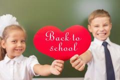 Recepción de nuevo a escuela con amor de niños Foto de archivo libre de regalías