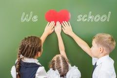 Recepción de nuevo a escuela con amor de niños Imagen de archivo libre de regalías